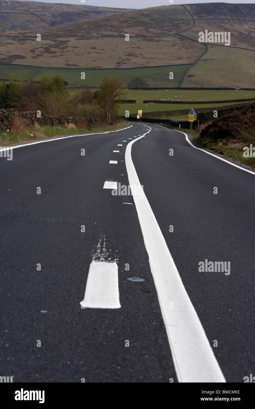 Fraîchement peint le marquage routier sur l'A57 passant de glossop road menant au col de serpent derbyshire Photo Stock
