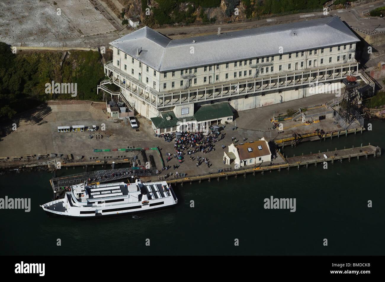 Vue aérienne au-dessus de touristes l'île d'Alcatraz à San Francisco en Californie Photo Stock