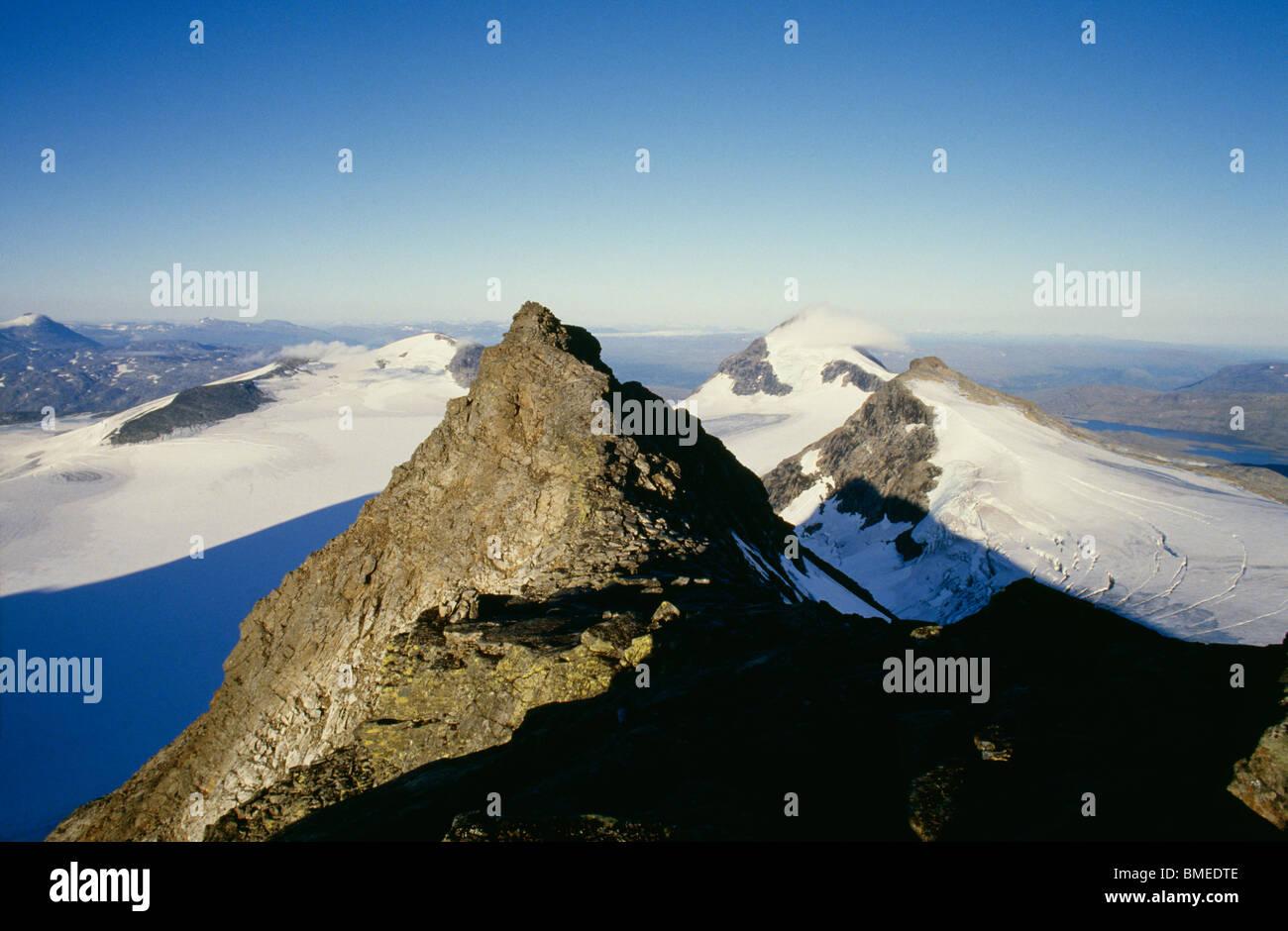 Avis de sommets de montagnes couvertes de neige Photo Stock