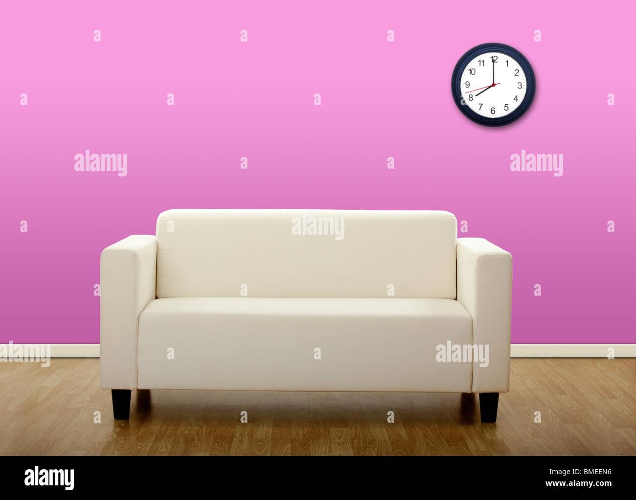 Photo d'une chambre avec un canapé dans le centre Photo Stock