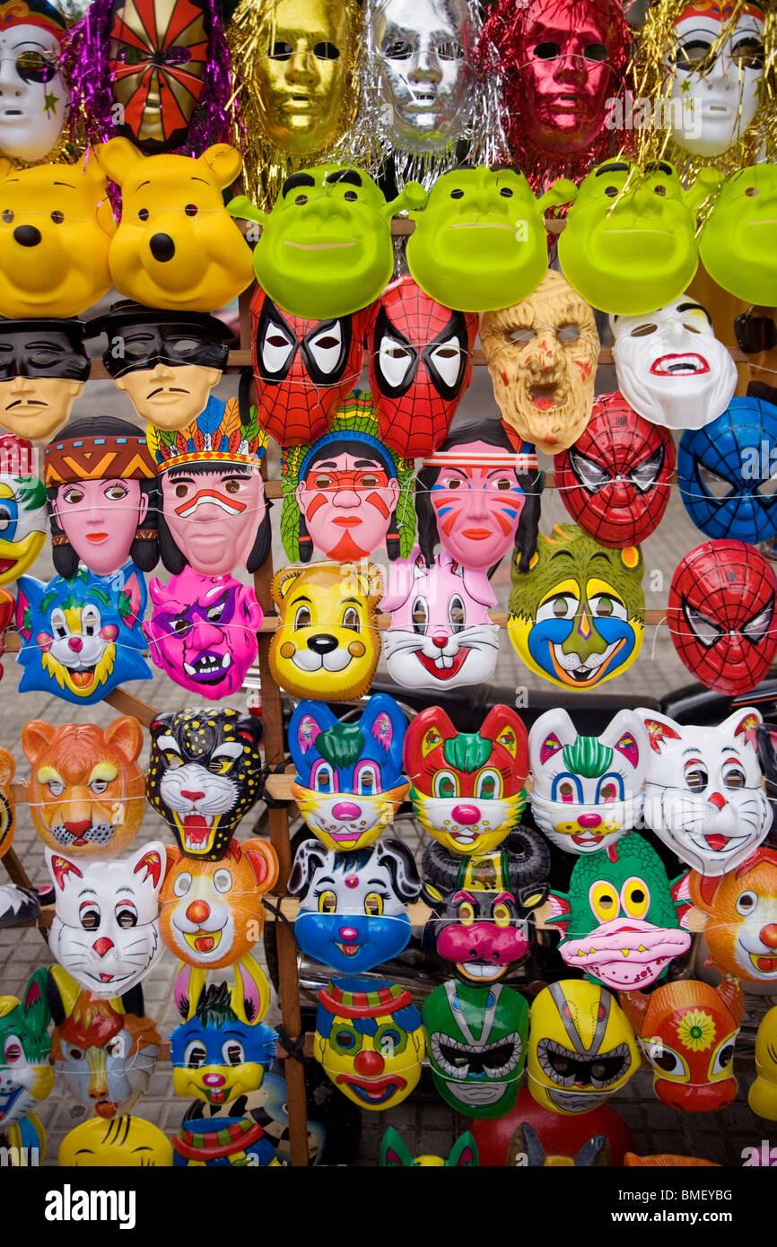 Les masques en plastique à Desfile de las llamadas, un carnaval de Montevideo, Uruguay, Février 2010 Photo Stock