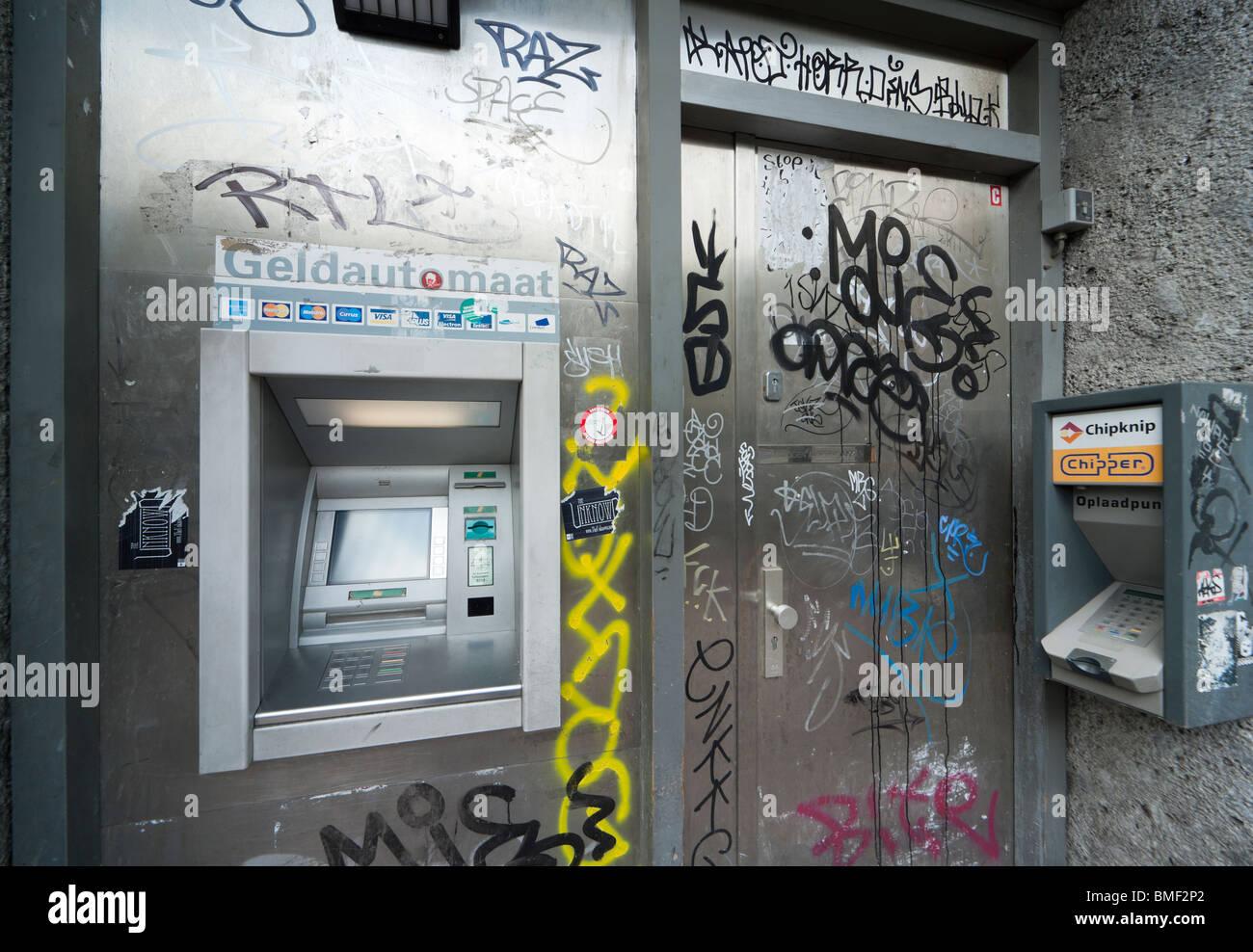 Amsterdam ATM, guichet automatique, machine d'argent, un distributeur distributeur, dans un coin dangereux impur Photo Stock