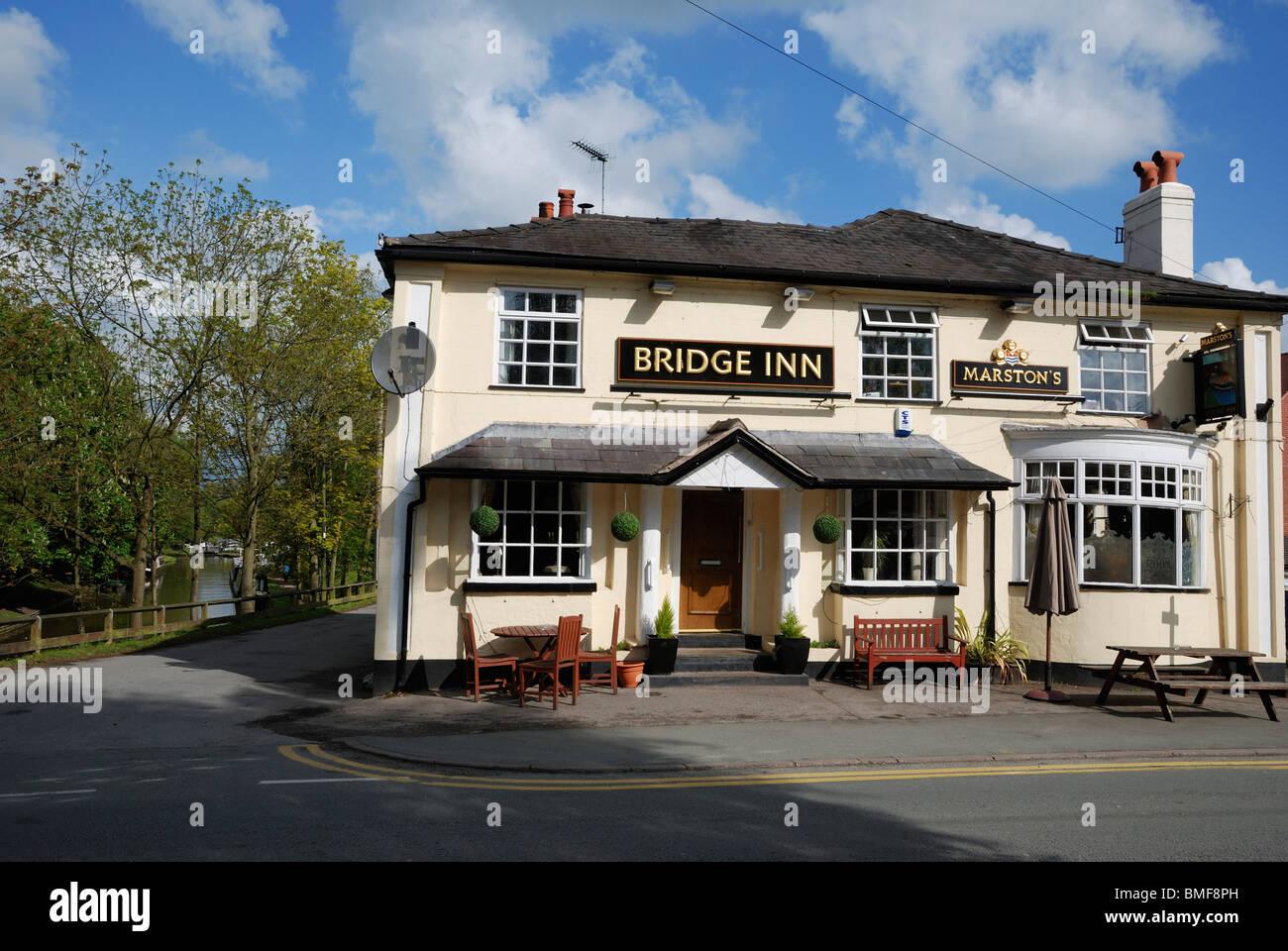 Le Bridge Inn pub au bord de la du canal de Shropshire Union, Audlem, Cheshire, Angleterre. Photo Stock