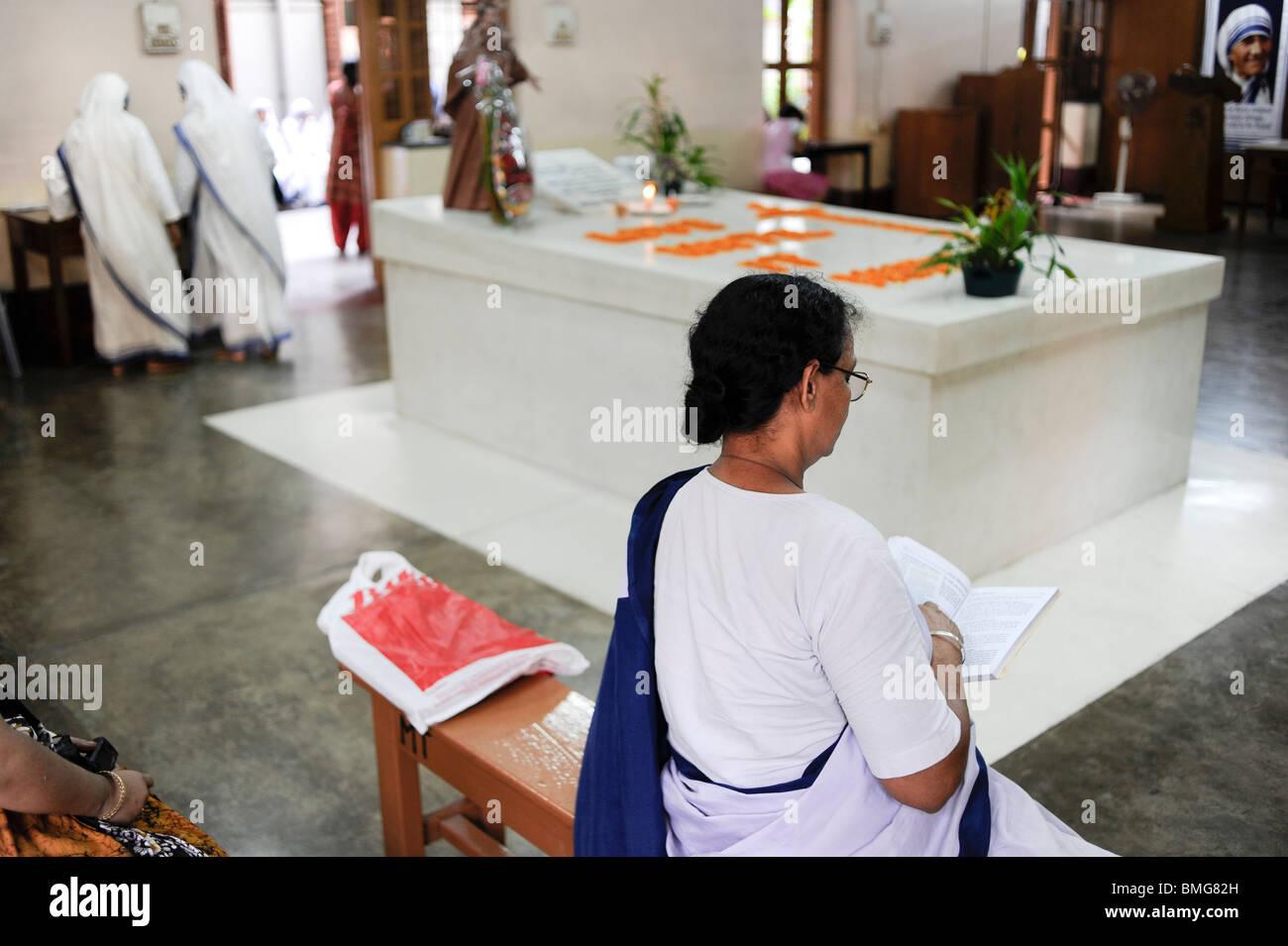 L'Inde Kolkata Calcutta, Soeurs de charité prier à la tombe de Mère Teresa à mère Teresa Photo Stock