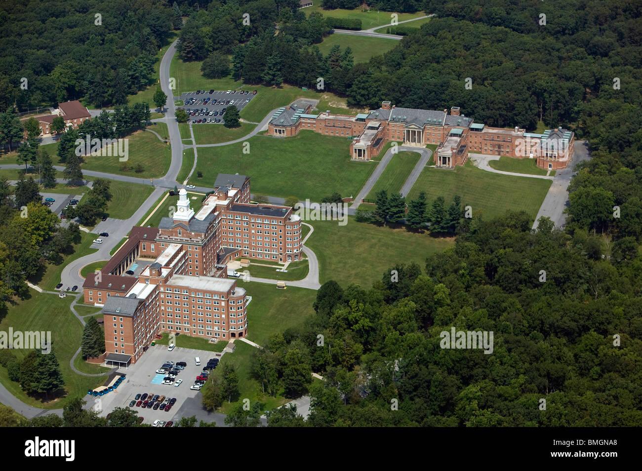 Photographie aérienne de grands bâtiments en briques institutionnelles Pennsylvanie rurale Photo Stock