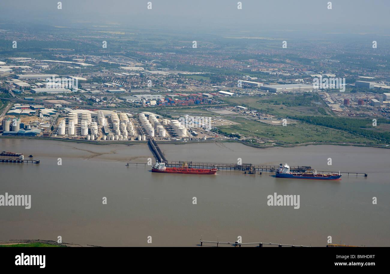 Des pétroliers amarrés sur la Tamise, juste en aval de la Dartford Crossing, Angleterre du Sud-Est Banque D'Images