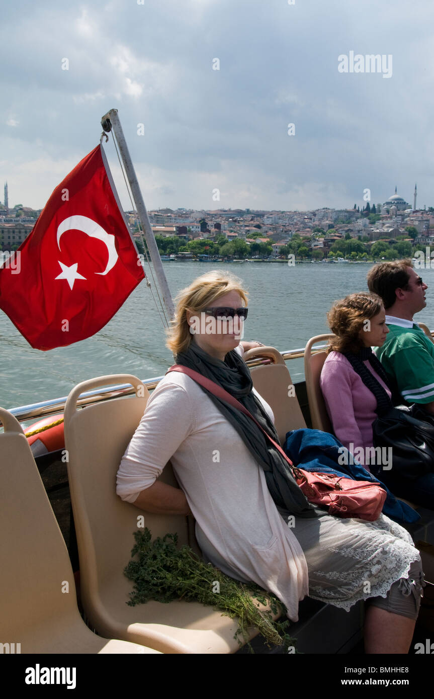 Golden Horn Istanbul Turquie transports ferry drapeau femme Photo Stock