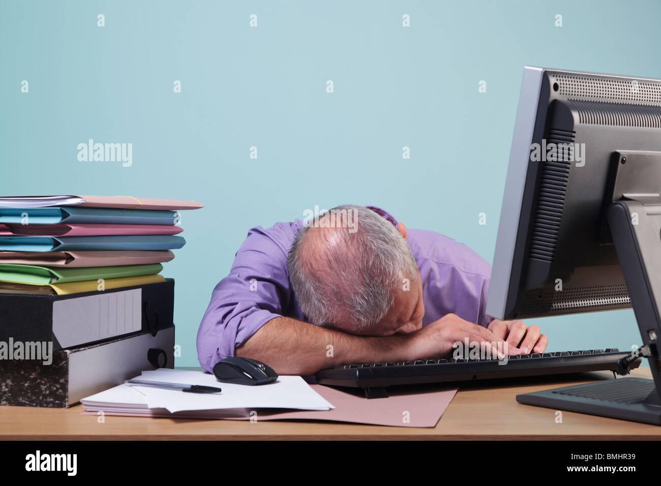L homme débordé dormir à son bureau banque d images photo stock
