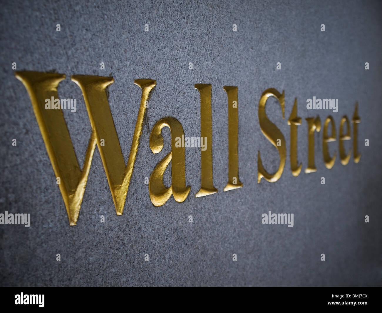 Wall Street sculpté dans la pierre avec des lettres d'or. Photo Stock