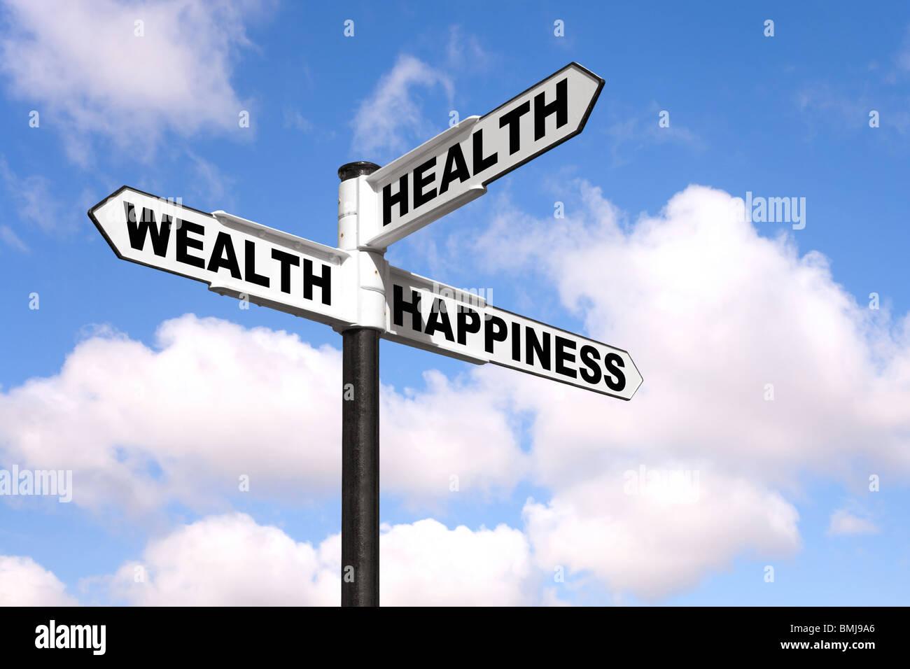 Panneau noir et blanc avec les mots de la santé, richesse et bonheur contre un bleu ciel nuageux. Photo Stock