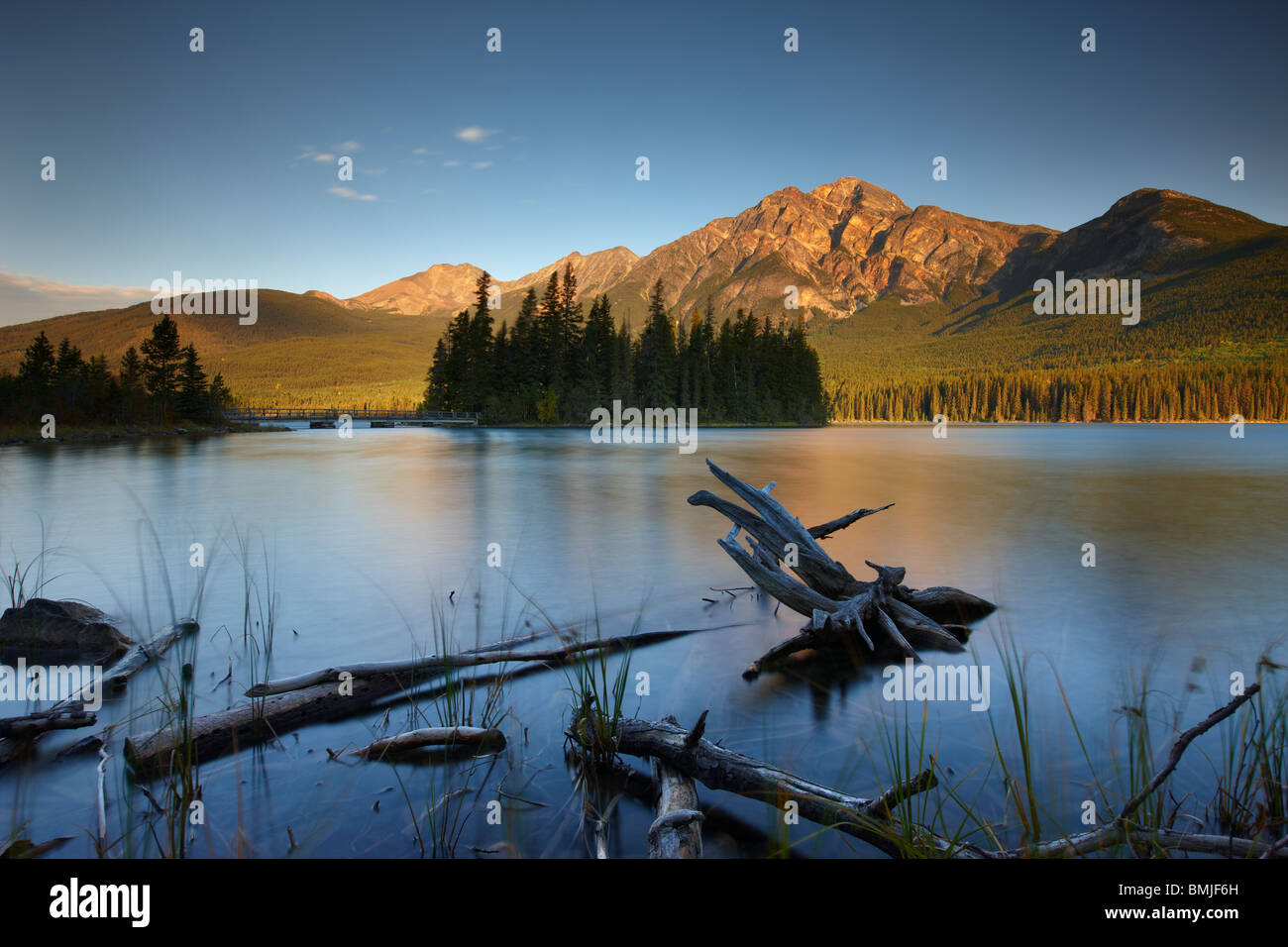 Le Lac Pyramid et la montagne à l'aube, Jasper National Park, Alberta, Canada Photo Stock