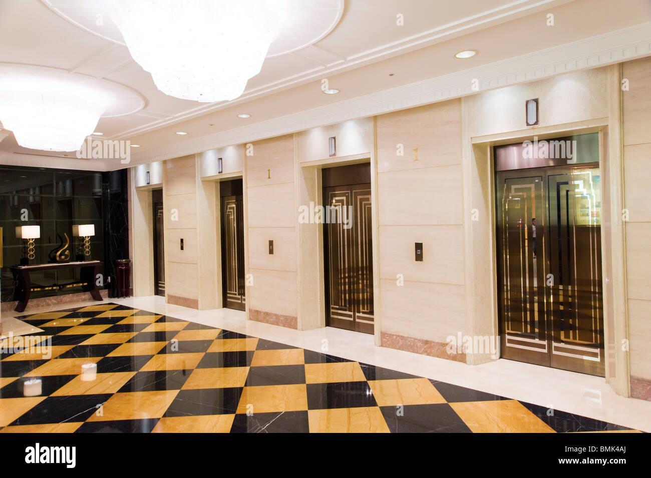 Ascenseurs au Okura Garden Hotel, Shanghai, Chine Photo Stock