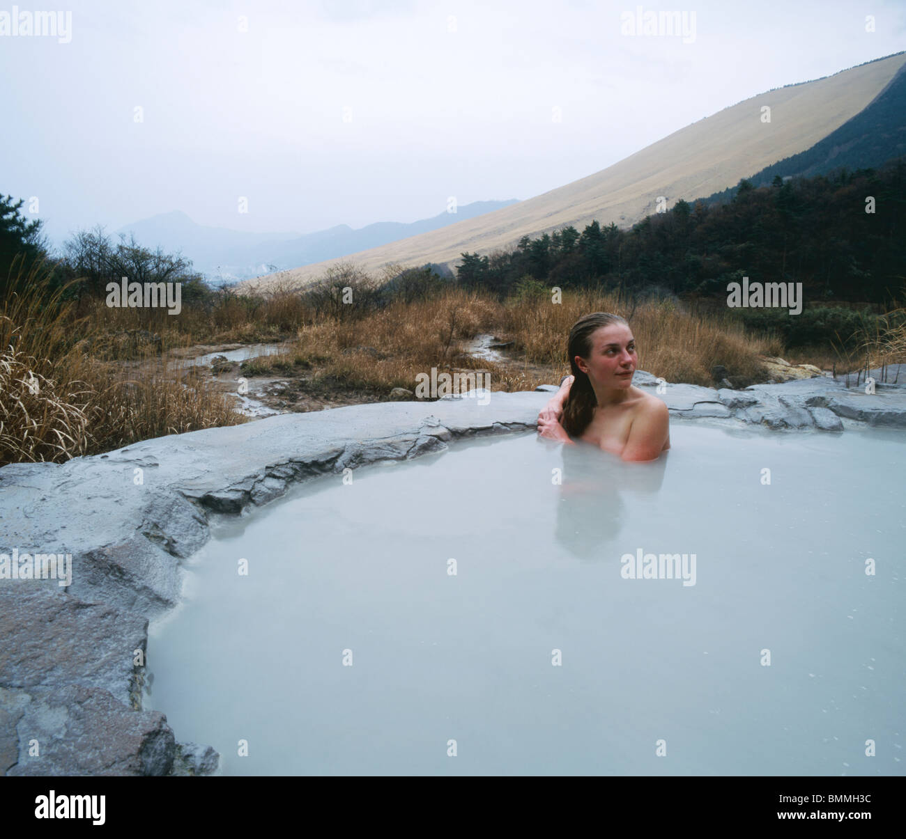 Girl baignant dans Nabe-yama-no-yu onsen de boue en plein air Hot spring. Beppu Photo Stock