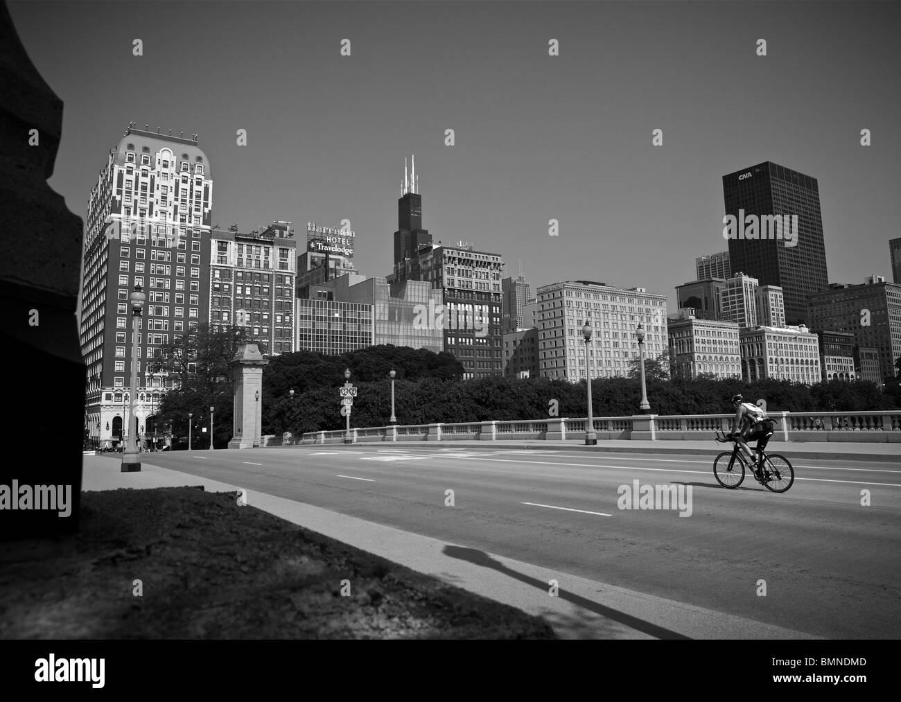 Le centre-ville de Chicago bridge cyclist Photo Stock