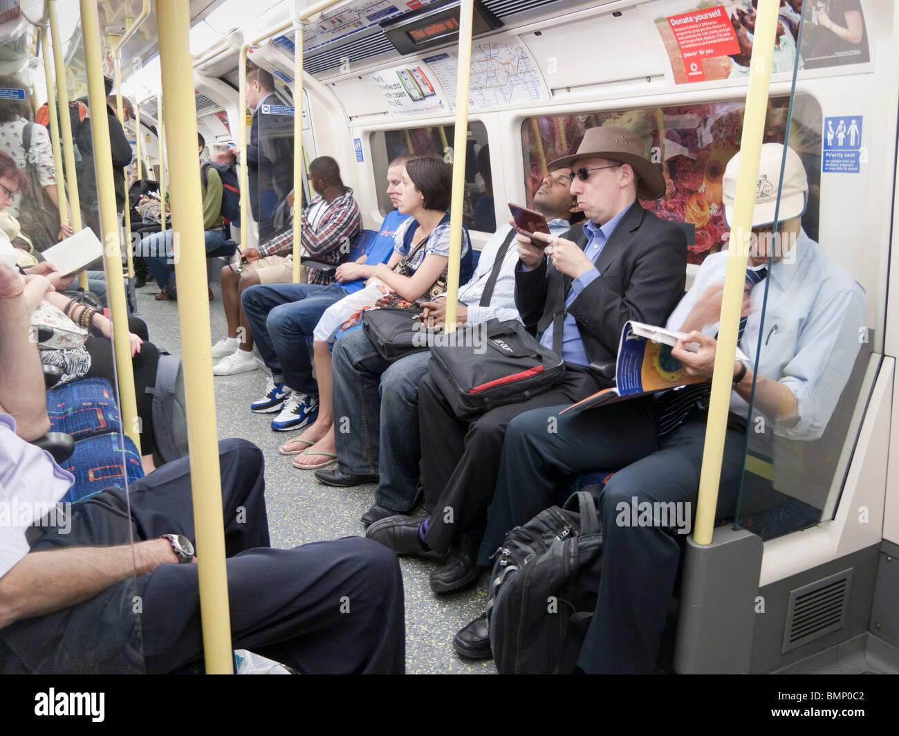 Les gens sur le métro de Londres train, Londres, Royaume-Uni Photo Stock