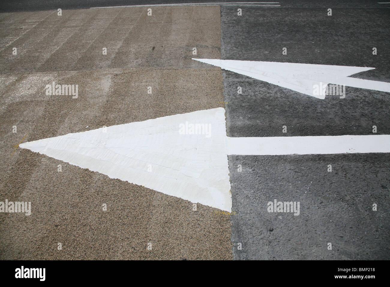 De nouveaux marquages routiers - flèches blanches Photo Stock