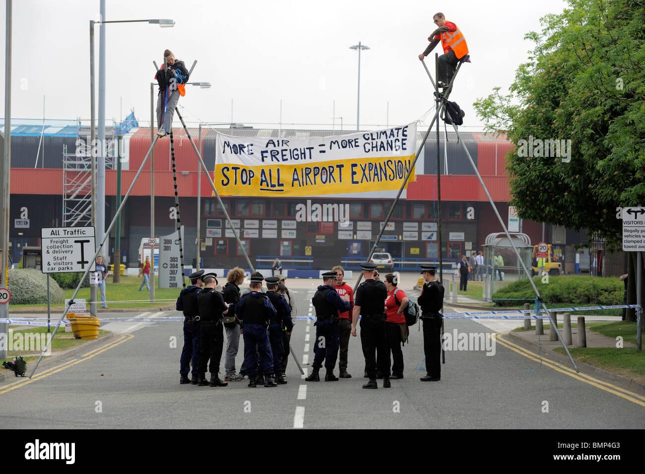 Blocus des manifestants de l'aéroport de Manchester Manchester UK Terminal fret contre le changement climatique Photo Stock