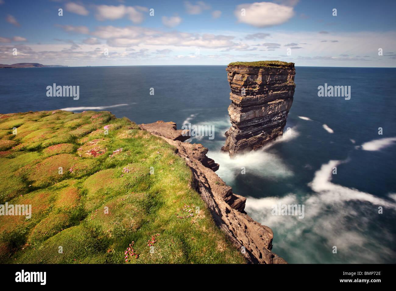 Dun Briste, une vue spectaculaire sur la mer-stack est off Downpatrick Head, Comté de Mayo. L'Irlande. Photo Stock