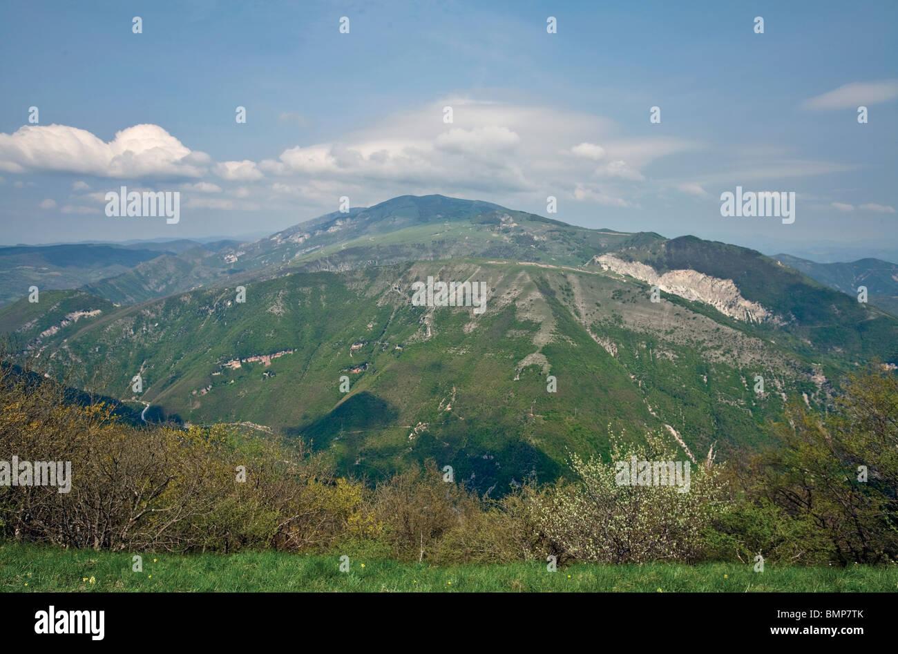 Monte Nerone avec son pli anticlinal vue depuis le Monte Petrano, dans l'Apennin Central près de Calgi, Photo Stock