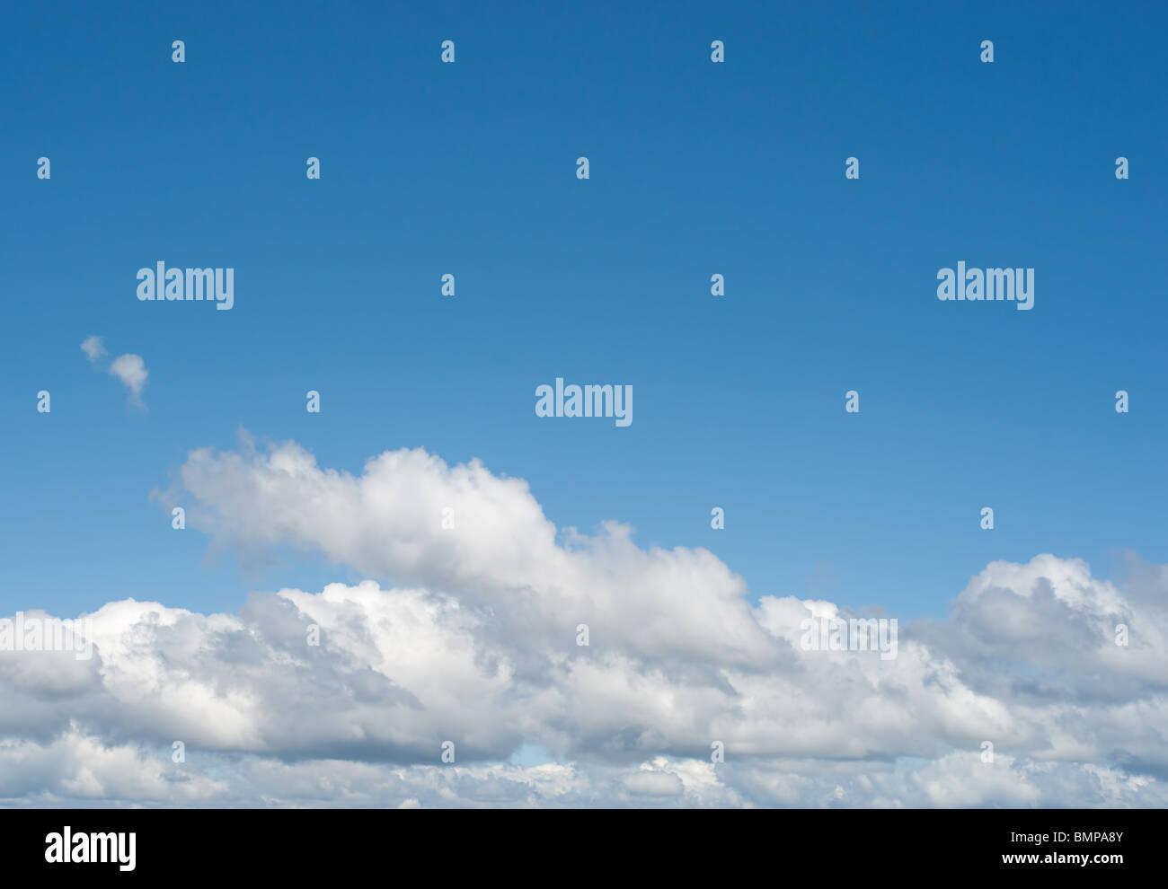 Blanc moelleux parfait ciel bleu et nuages célestes un jour de printemps Photo Stock