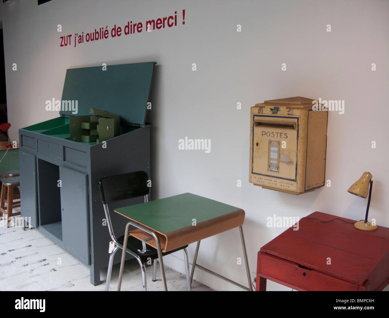 affichage des meubles dans la boutique merci à paris, france banque