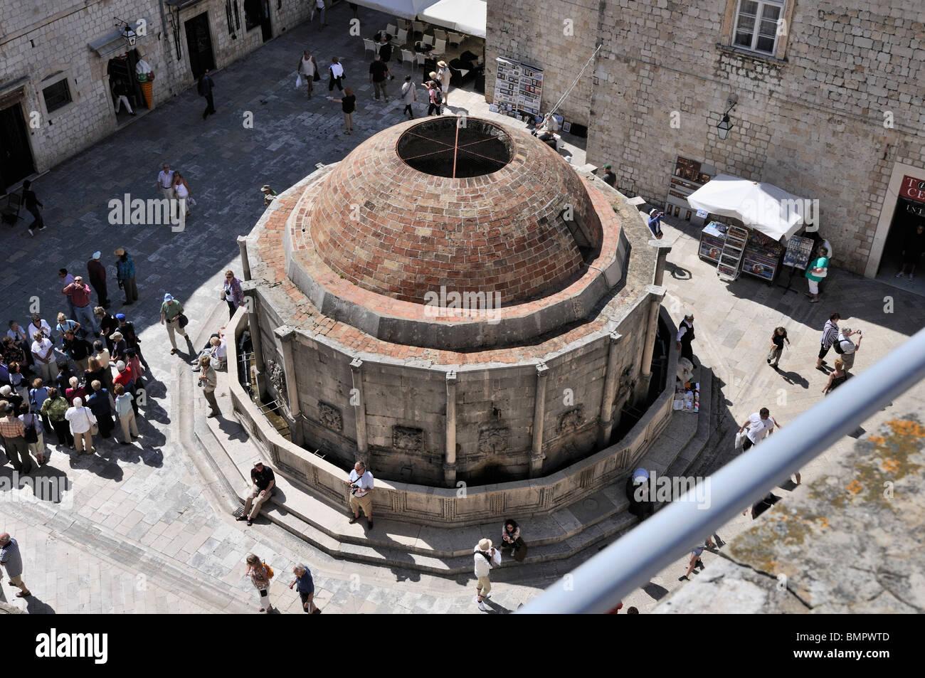 Les touristes se rassemblent autour de grande fontaine d'Onofrio dans la vieille ville de Dubrovnik Banque D'Images