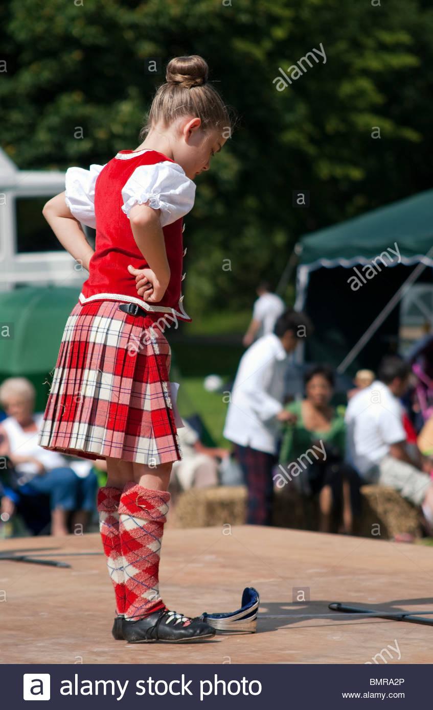 Image of Scottish Highland Dancer effectuant une danse de l'épée pendant une compétition à Photo Stock