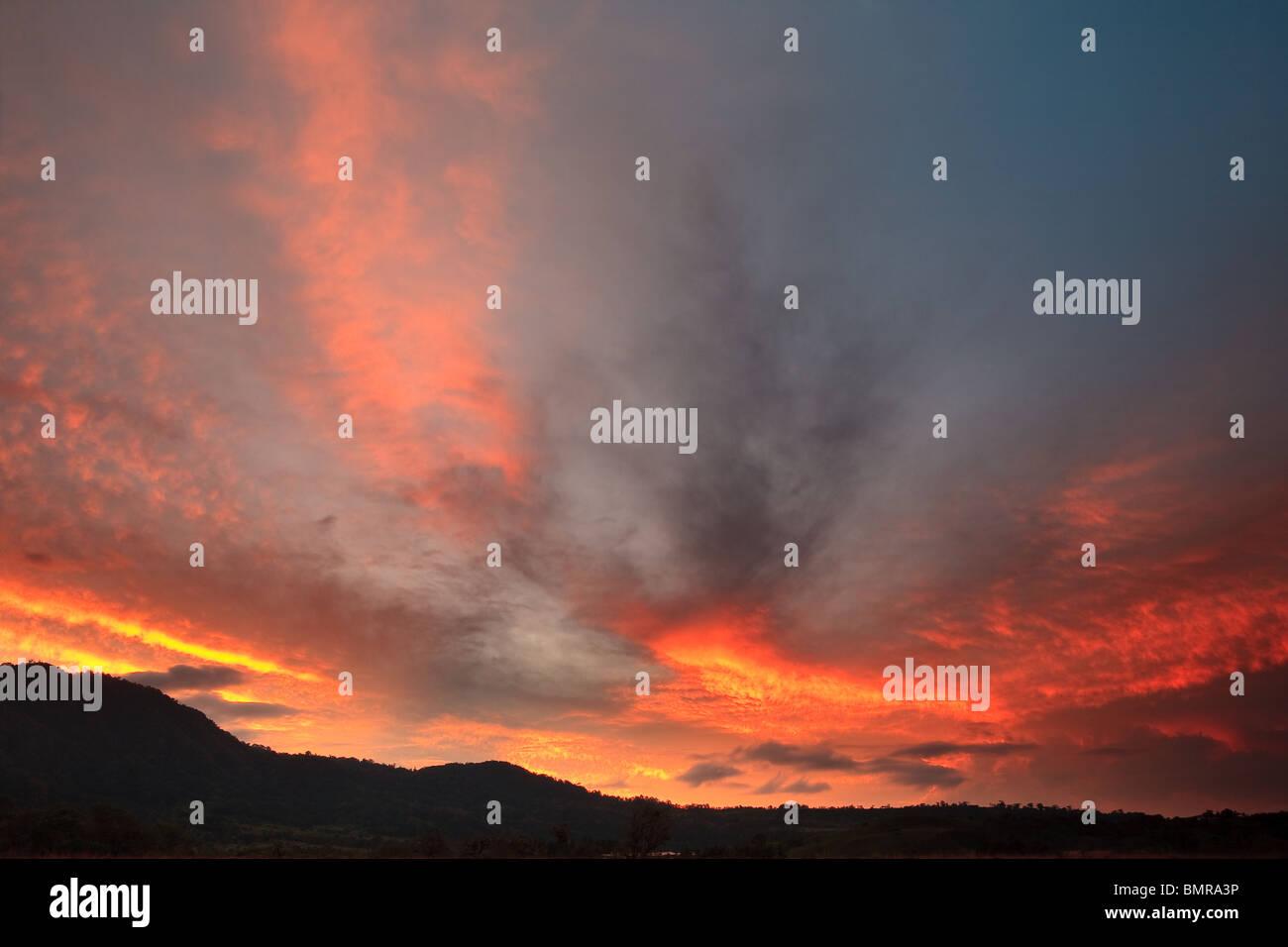 Ciel coloré spectaculaire à l'aube au volcan dans la province de Chiriqui, République du Panama. Photo Stock