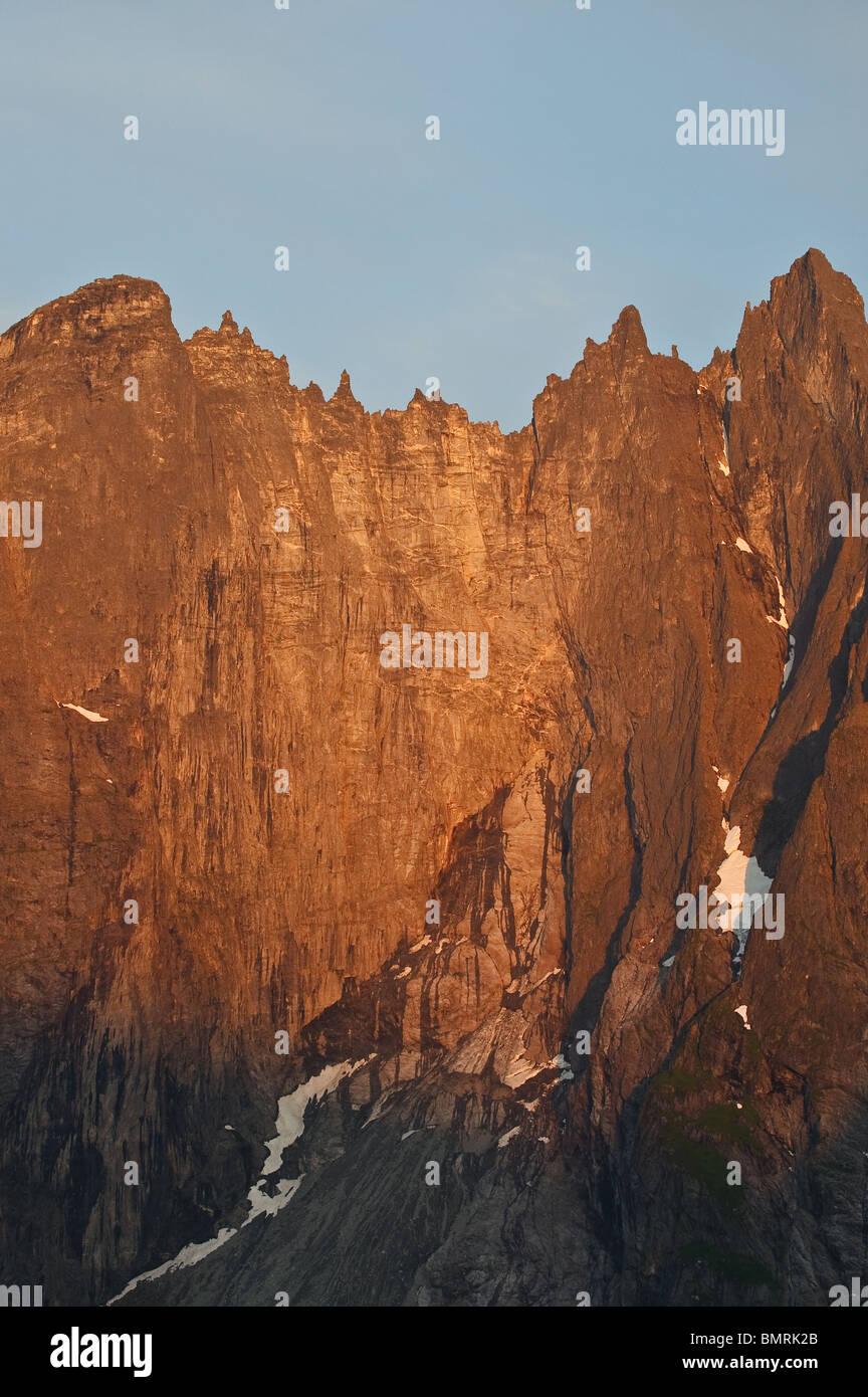 La première lumière sur le Troll mur dans la vallée de Romsdalen, Rauma kommune, Møre og Romsdal Photo Stock