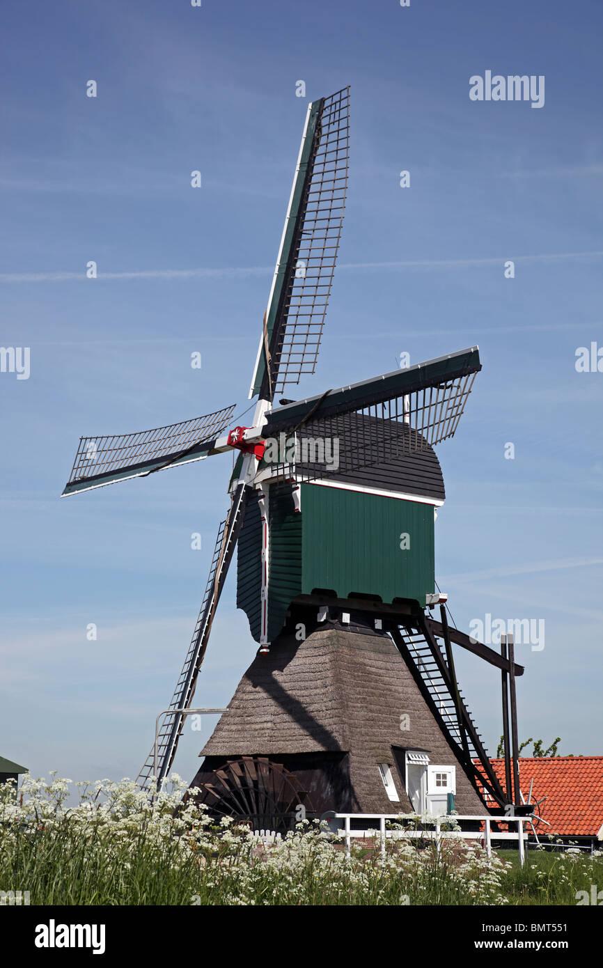 Post-creux vieux moulin type de moulins à vent hollandais avec la partie inférieure en forme de pyramide Hollande Banque D'Images
