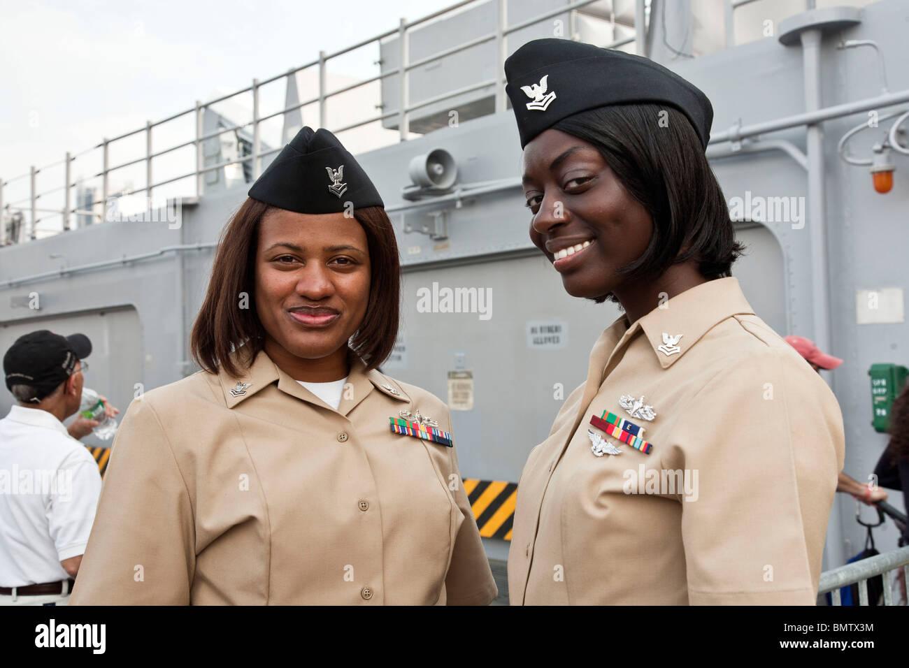 Deux jeunes femmes noir fier nouveau port de l 39 uniforme de l 39 us marine corps sur le pont de l - Magie corps coupe en deux ...