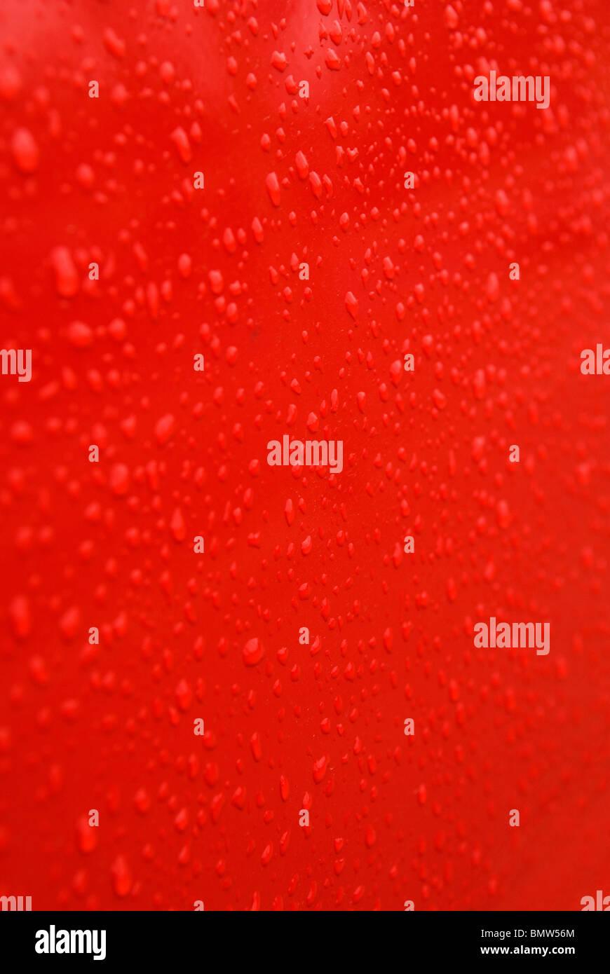 Résumé fond rouge goutte d'eau sur une texture Photo Stock