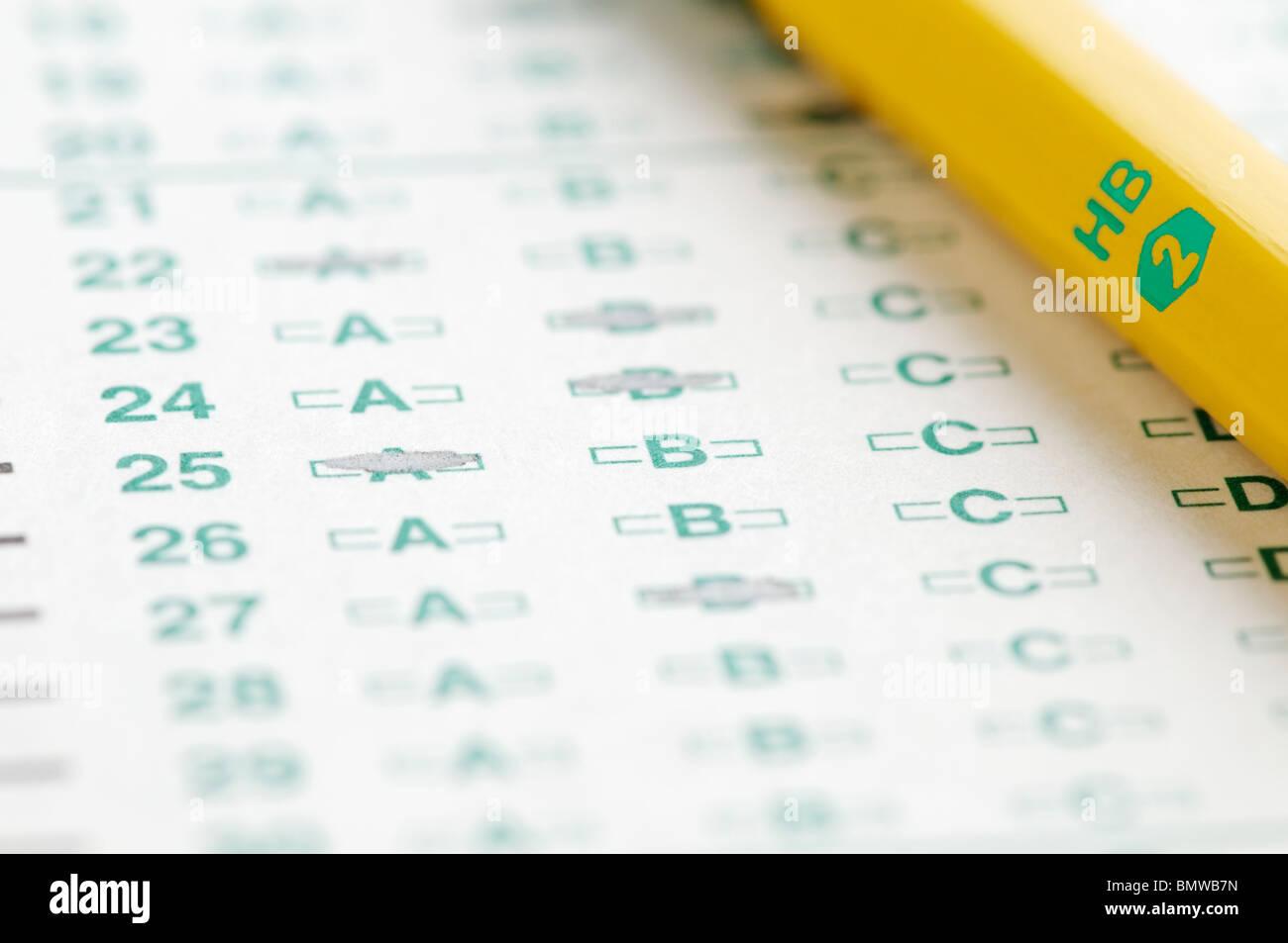 Feuille-réponses de l'analyse optique avec #2 crayon représentant le test. Photo Stock