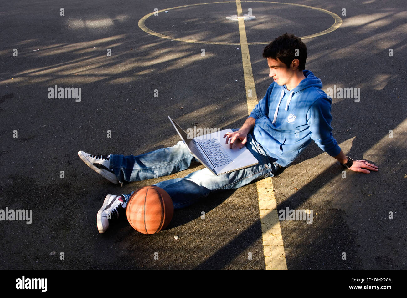 Les jeunes en utilisant laptop outdoors Photo Stock
