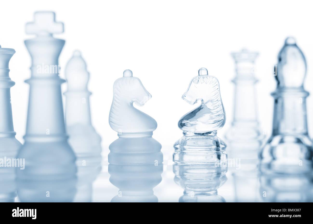 D'échecs en verre transparent isolated on white Photo Stock