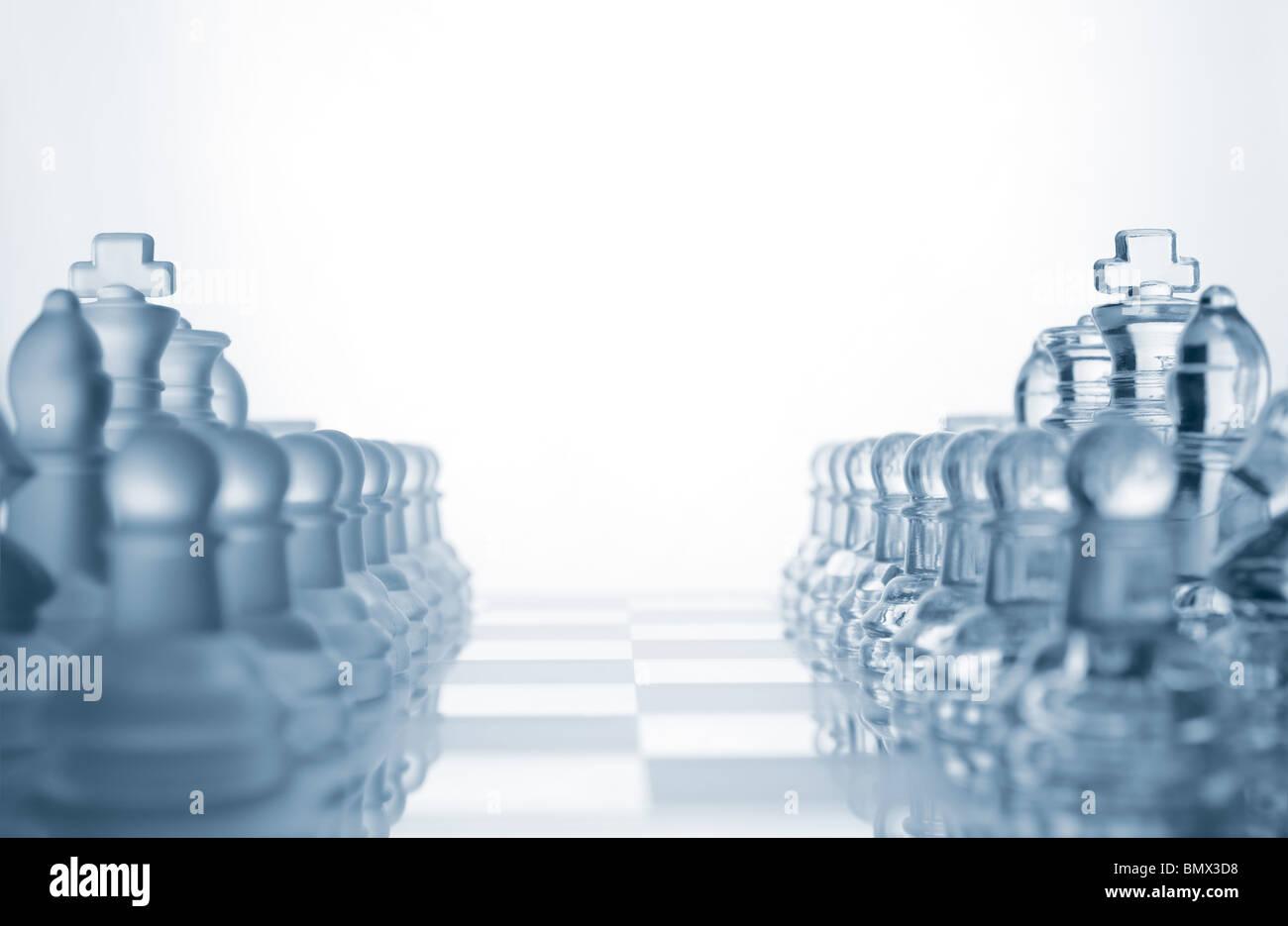 Pièces des échecs en verre transparent Photo Stock