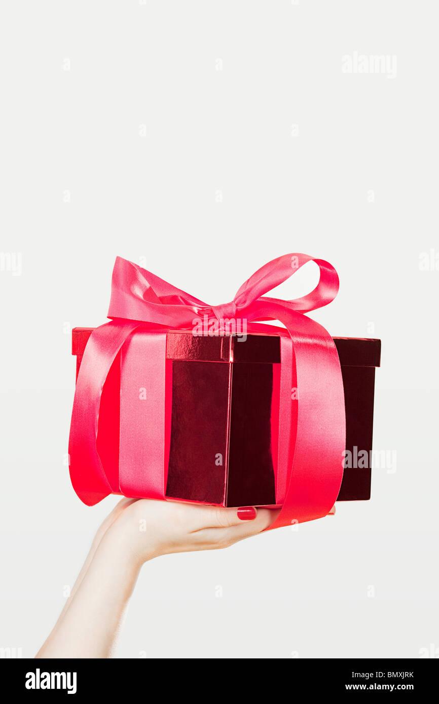 Jeune femme offrant des présents Banque D'Images