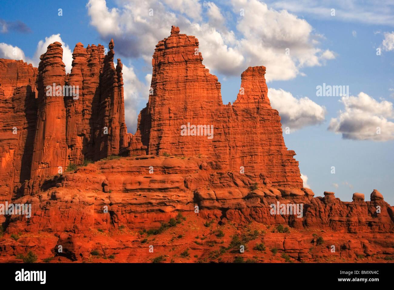 Fisher Towers dans la voie navigable de la rivière Colorado près de Castle Valley et Moab dans l'Utah Photo Stock