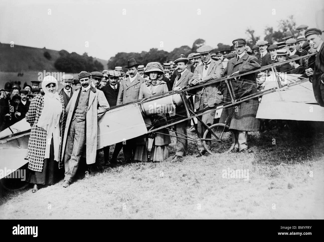 L'aviateur Louis Blériot (1872 - 1936) + femme devant son avion après son premier vol historique à travers la Manche Banque D'Images