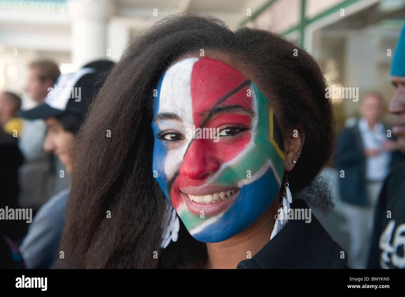 Face supporter peint avec drapeau sud-africain de la Coupe du Monde FIFA 2010 en Afrique du Sud, Cape Town Photo Stock
