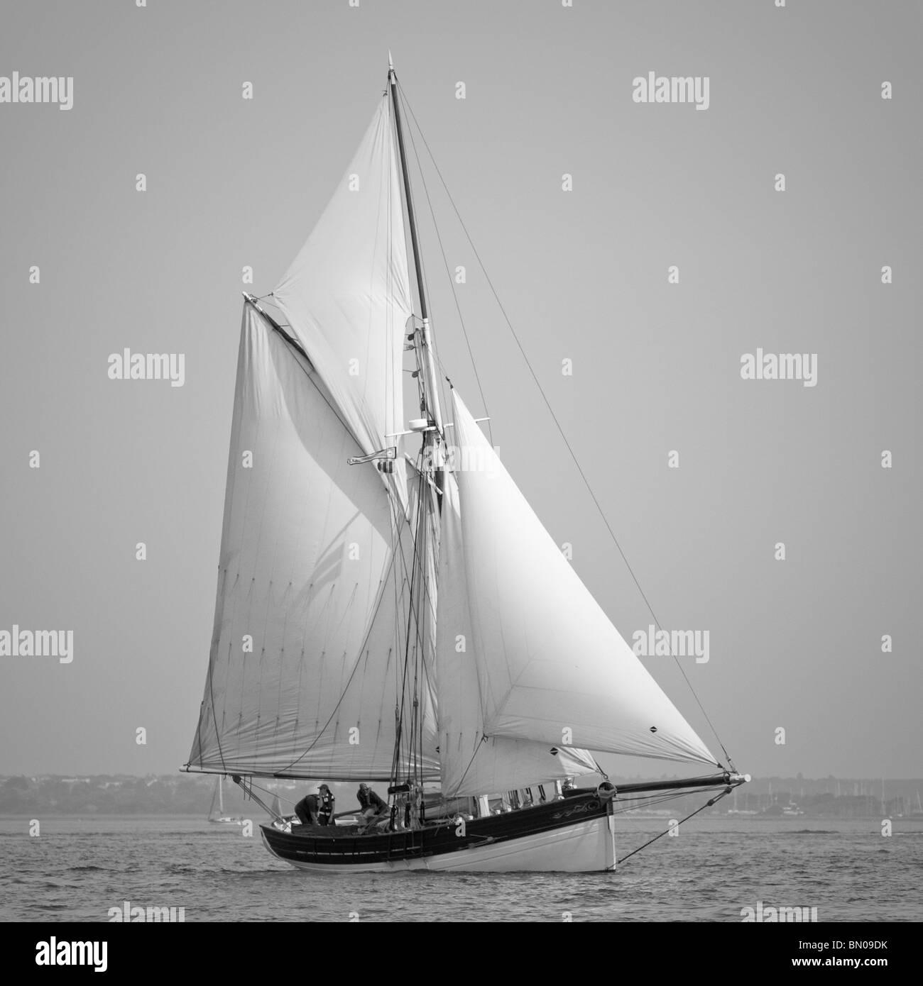 Un vieux gaff rigged bateau à voile dans le Solent Photo Stock
