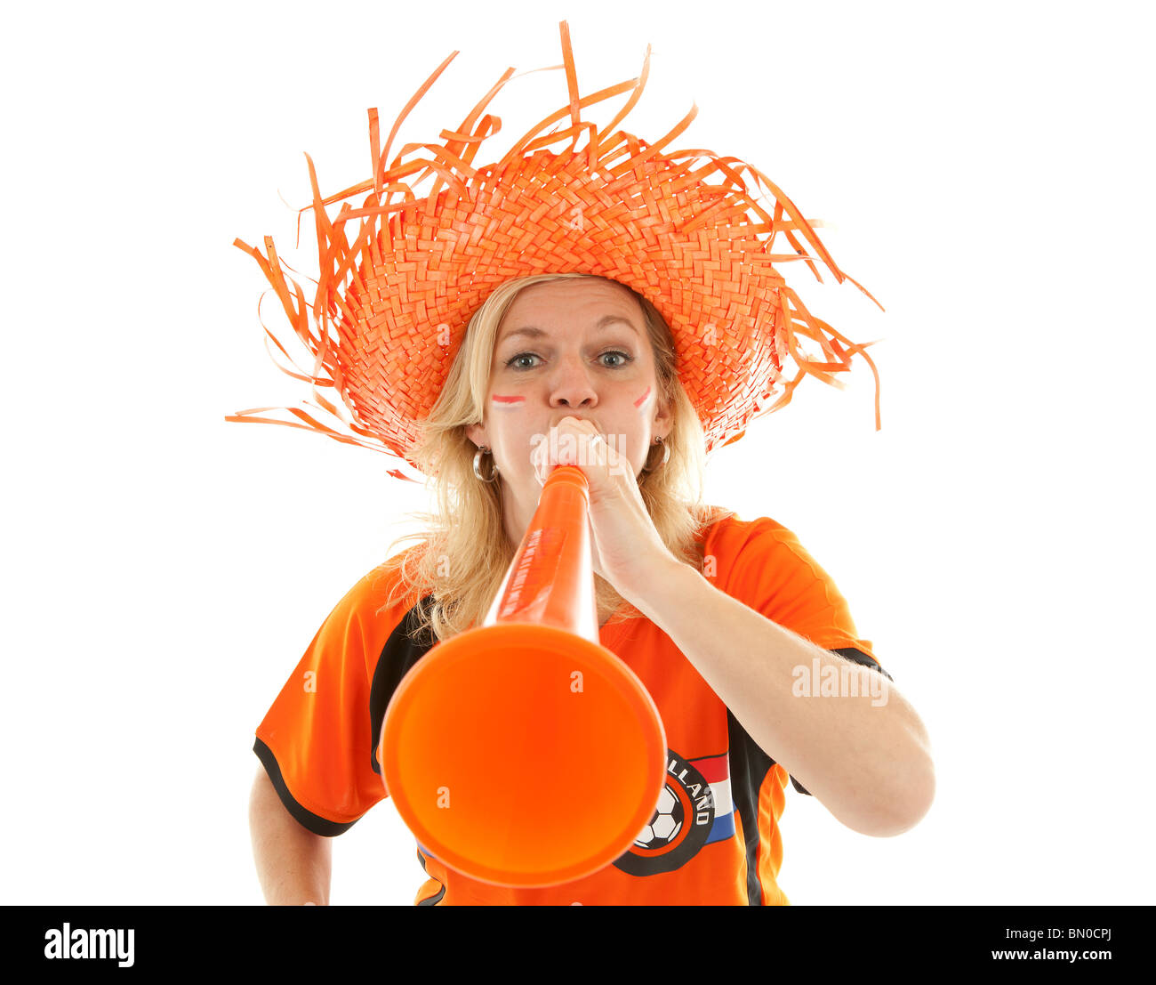 Partisan de soccer féminin néerlandais en plastique orange avec vuvuzela sur fond blanc Banque D'Images