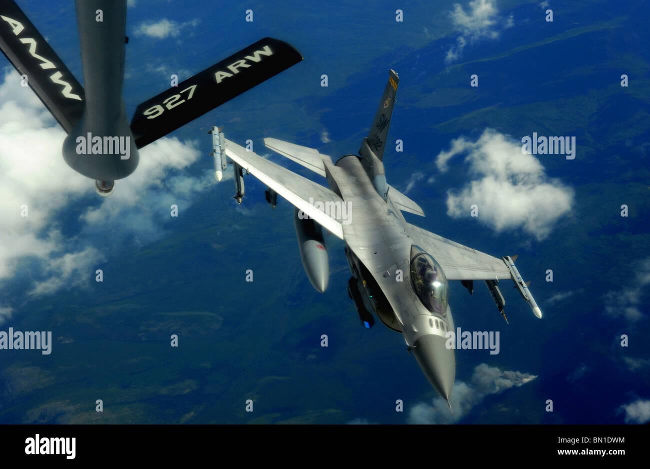 Un F-16 Fighting Falcon s'éloigne après l'avitaillement d'un KC-135 Stratotanker plus de Eielson Air Force Base, en Alaska. Banque D'Images