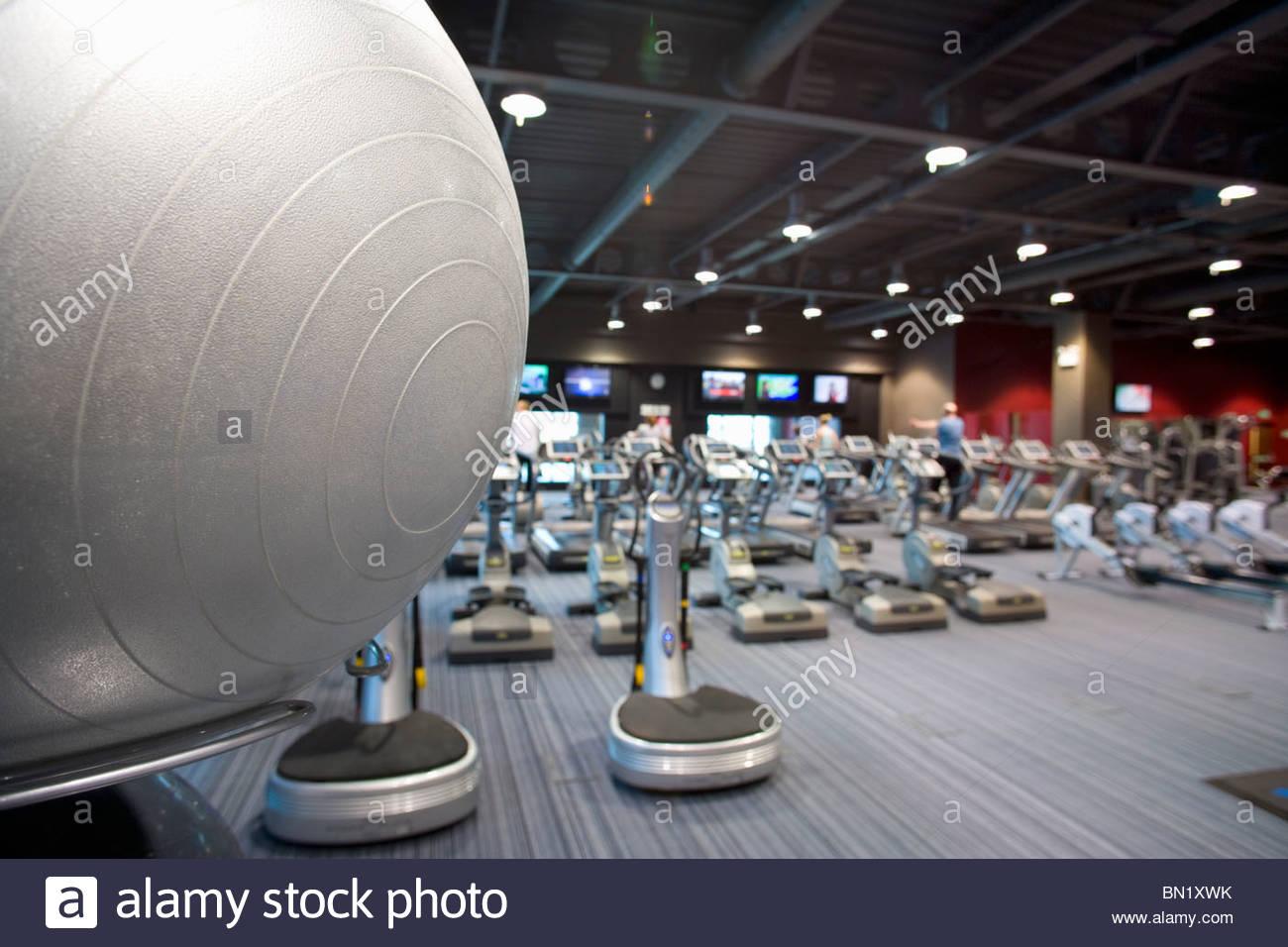 Balle de remise en forme et l'équipement d'exercice dans le club de santé Photo Stock