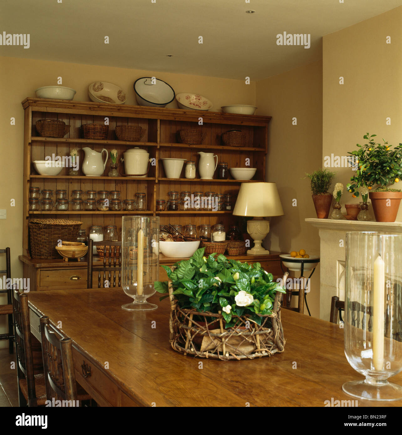 houseplant dans panier et verre lampes tempte sur table en bois ancien immeuble traditionnel en salle manger avec grand buffet