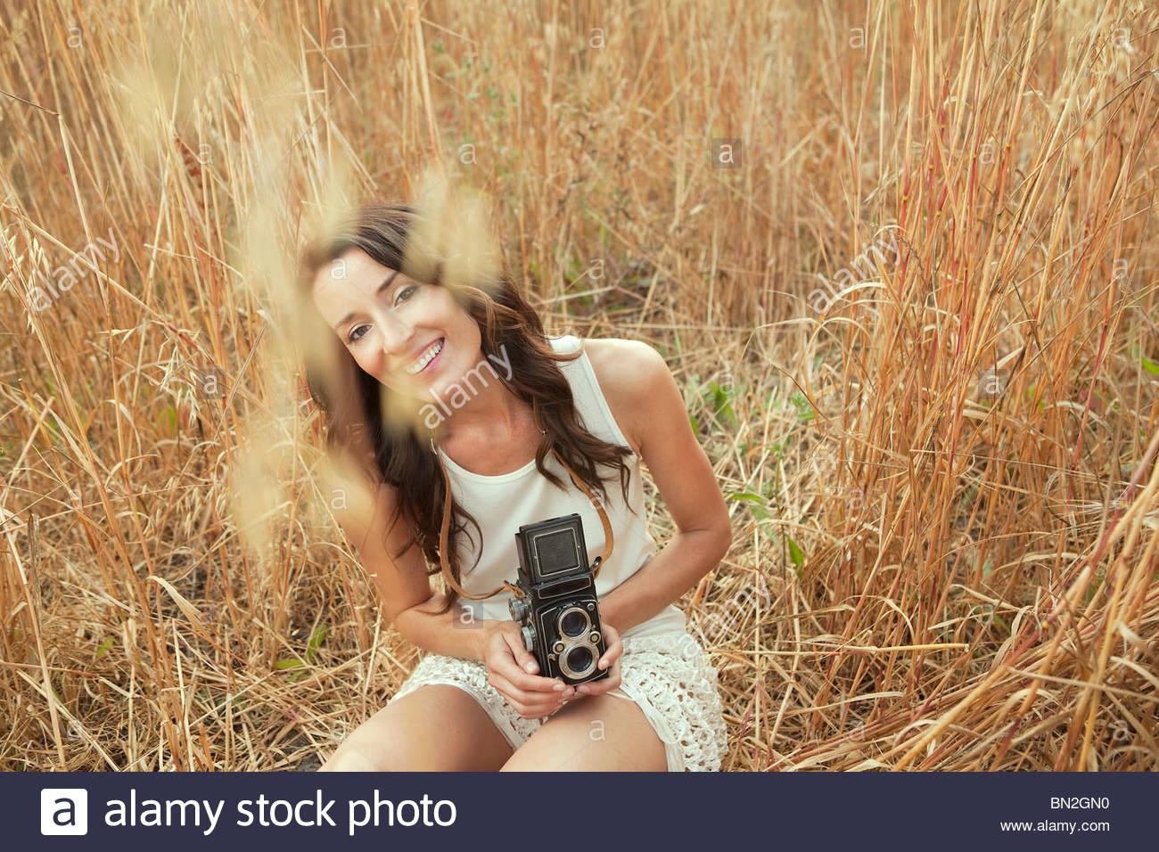 Femme en tenue sur le terrain de l'appareil photo à l'ancienne Photo Stock