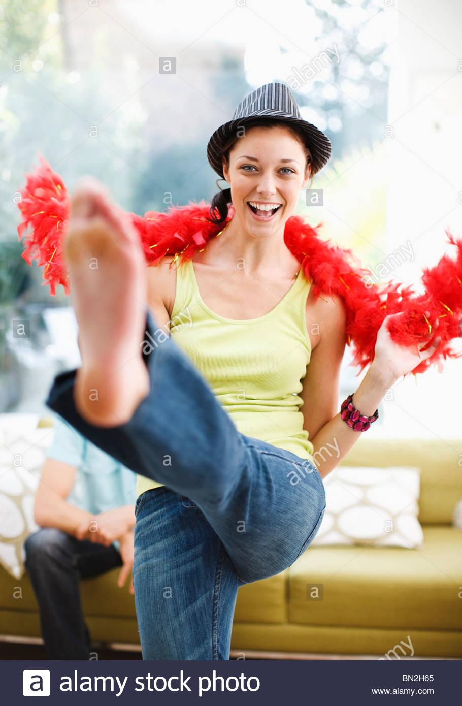 Femme dansant avec chapeau et plume boa Photo Stock