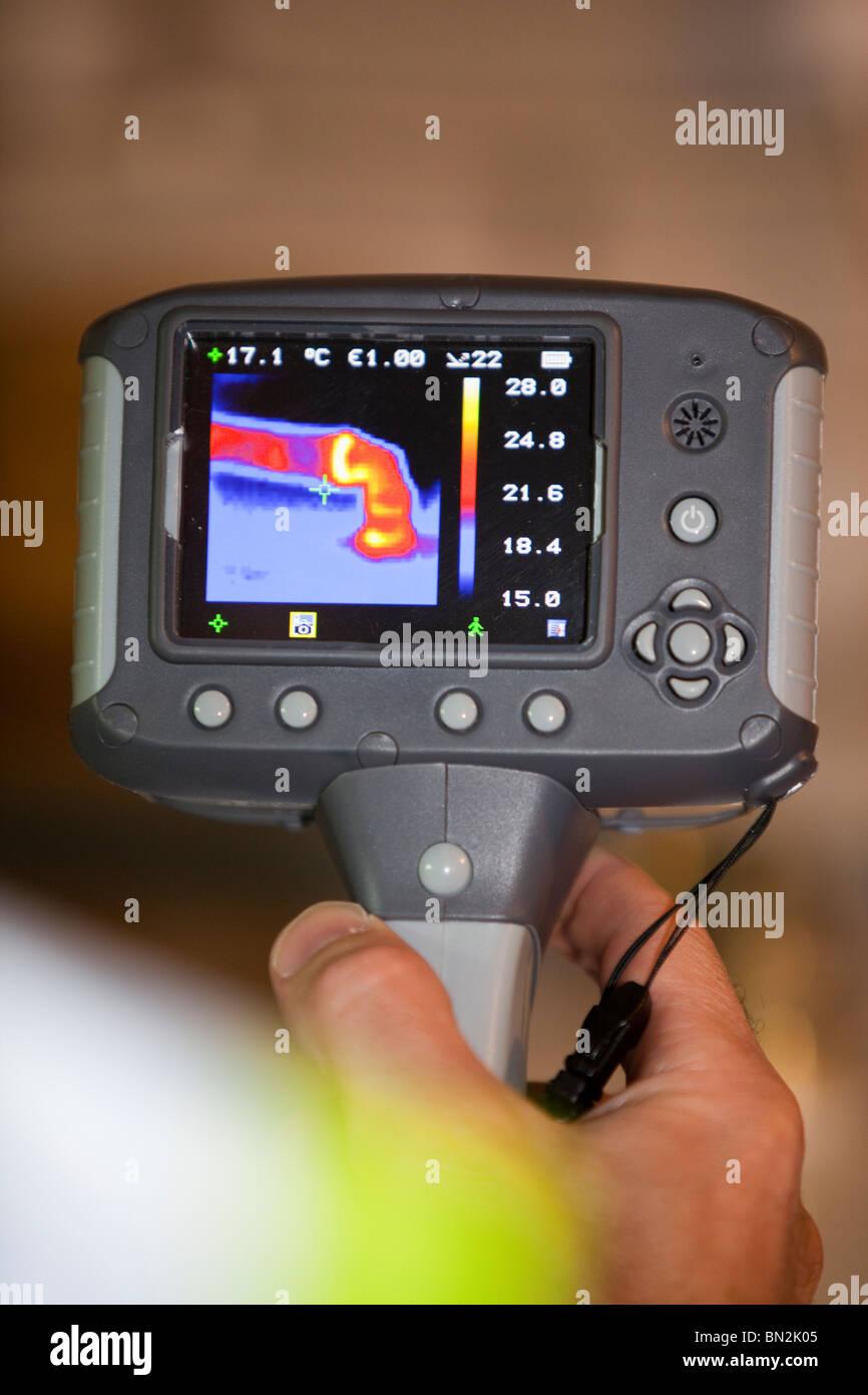 Une caméra à imagerie thermique montre la perte de chaleur à partir d'un tuyau d'eau chaude. Photo Stock