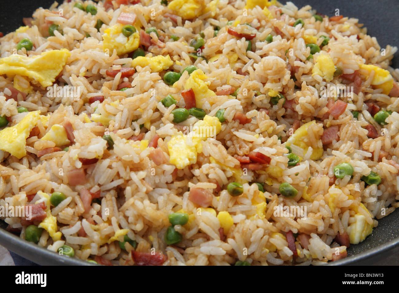 Close-up wok plein de riz frit au jambon coloré nourriture Photo Stock