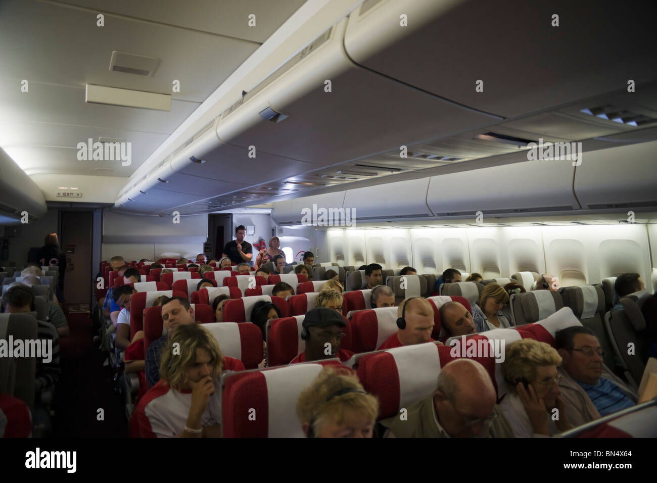 intrieur de virgin atlantic boeing 747 jumbo jet transatlantique avec la section de lconomie et les passagers
